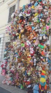 Peluches Art installation